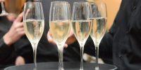 Sektempfang mit vier Gläsern auf einem Tablet bei einer Hochzeit