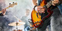 Band spielt mit Gitarrist für kamida mit Schlagzeug im Hintergrund
